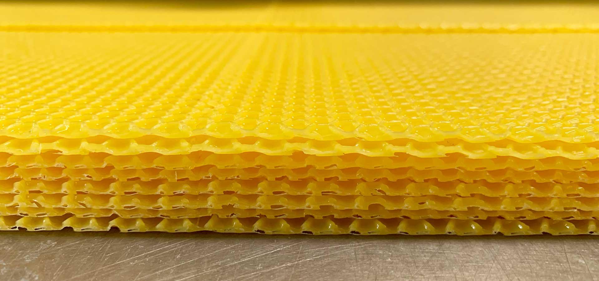 Umarbeitung von Bienenwachs in Mittelwände oder Waben für Imker.