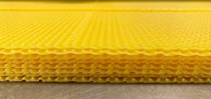 Wachsumarbeitung und Eigenwachs Umarbeitung von Bienenwachs in Mittelwände für Imkerei.